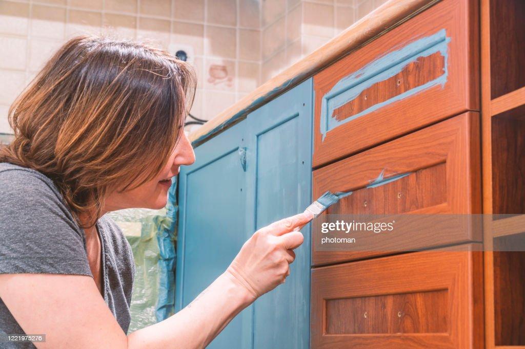 Het schilderen keuken. : Stockfoto