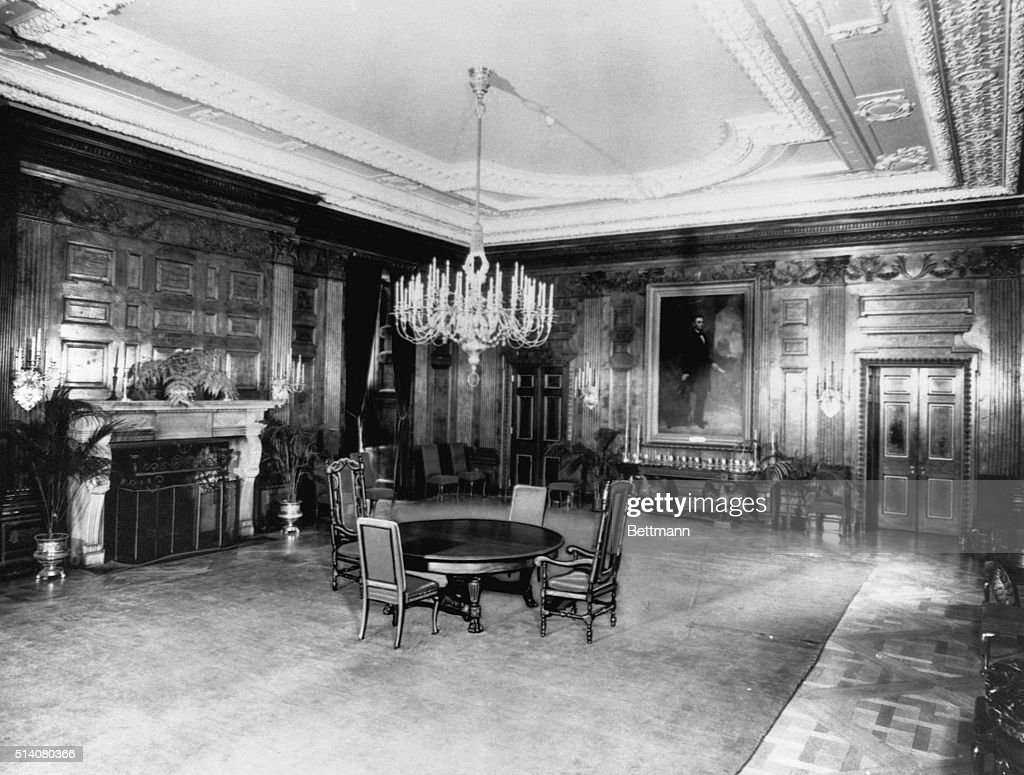 White house dining room pictures getty images a painting of abraham lincoln decorates the wall of the state dining room in the white dzzzfo