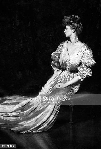 Painting of the wife of the Italian writer Gabriele D'Annunzio by Antonio de La Gandara Photographer Vizza Vona Paris Published by 'Berliner...