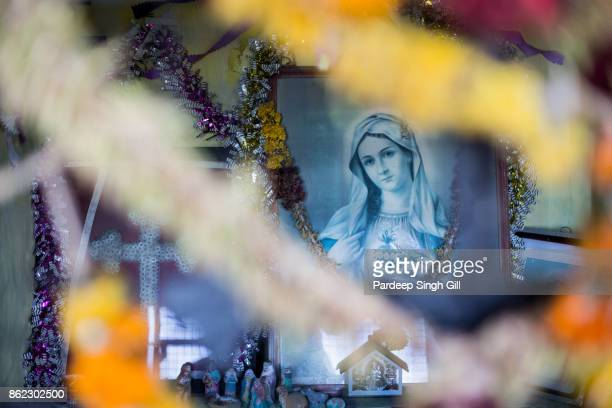 a painting of virgin mary, mother of jesus, in a shrine within the tea plantations of munnar, kerala. - la vierge marie photos et images de collection