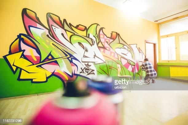 graffiti malen - wandmalerei stock-fotos und bilder