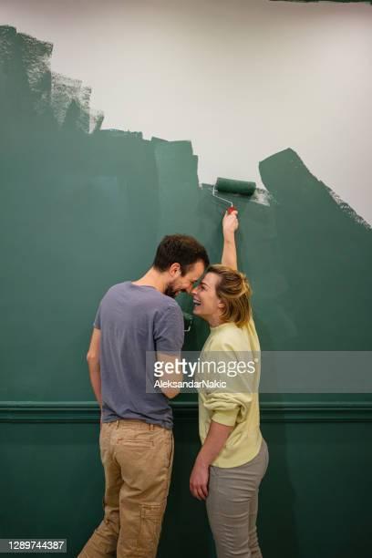 dipingere le pareti del nostro nuovo appartamento - dipingere foto e immagini stock