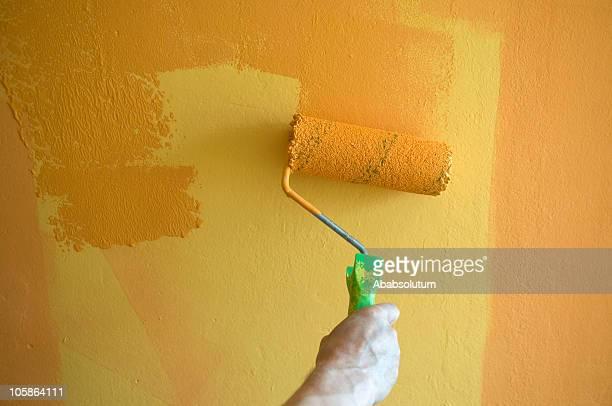 Pintura de uma parede em amarelo laranja