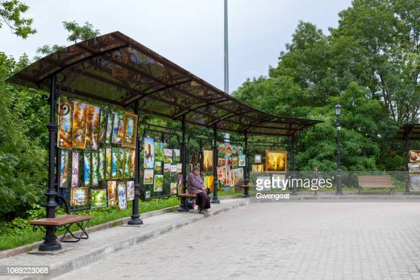 paintings for sale outside of saint andrew's church in kiev - gwengoat foto e immagini stock
