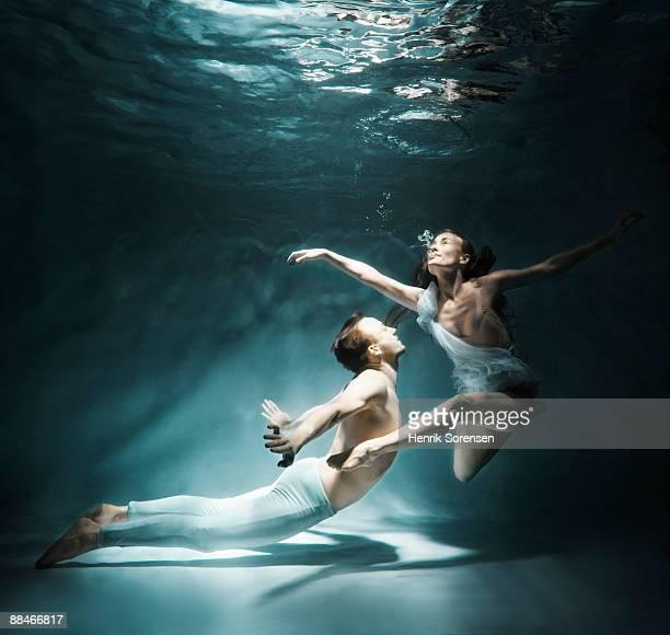 Pair meeting under water