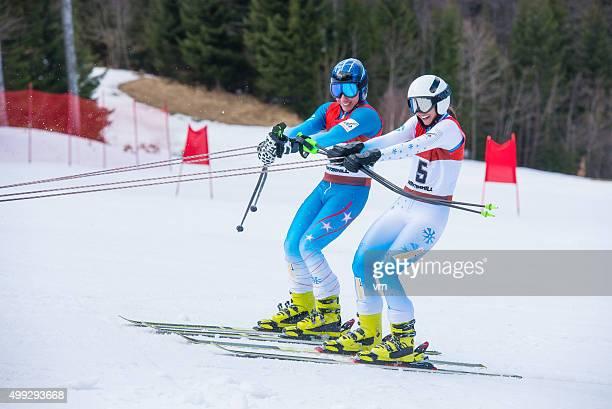 Coppia di concorrenza sciatori su impianti sciistici