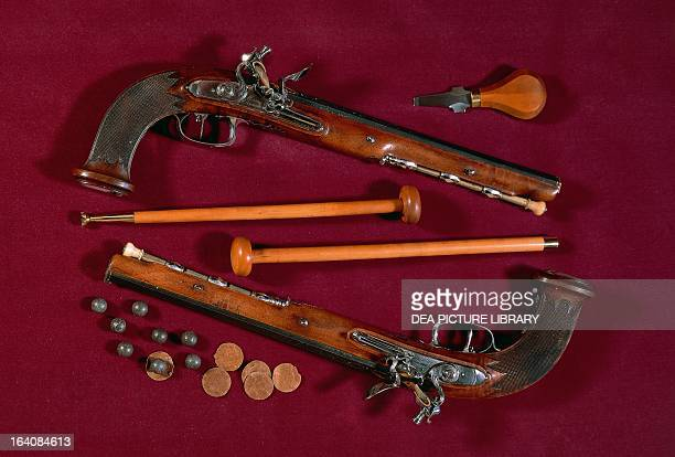 Pair of flintlock pistols from the Directory era with balls ramrods and key to arm the spring France 18th century Paris Musée De L'Armée