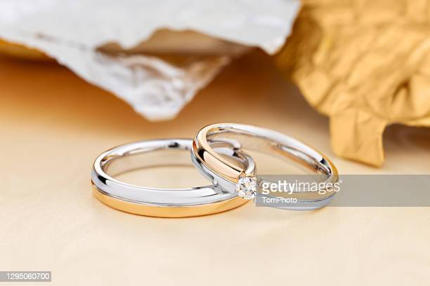 pair of unique wedding rings with diamond on female ring - ホワイトゴールド ストックフォトと画像