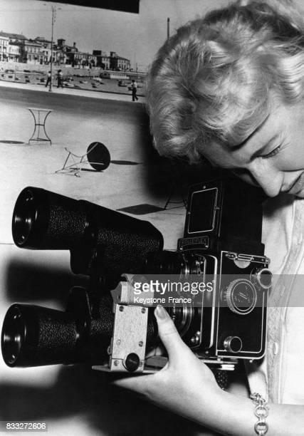 Paire de jumelles adaptées sur un Rolleiflex servant ainsi de téléobjectifs, présenté au salon Photokina, à Cologne, Allemagne, le 6 octobre 1958.