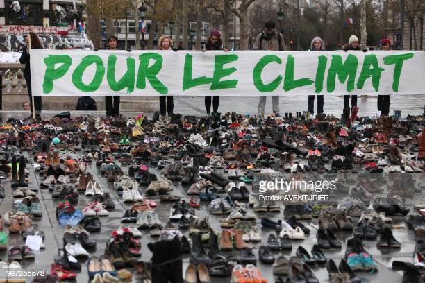 Paires de chaussures pour defendre le climat et rappeler l'etat d'urgence climatique manifestation 'Paris en Marche pour le Climat' place de la...