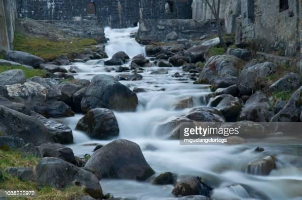 paisaje de montaña - curso alto de un río - agua descendente fotografías e imágenes de stock