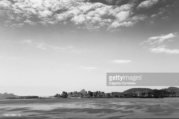 paisaje en blanco y negro de rio de janeiro desde niterói en brasil - blanco y negro photos et images de collection