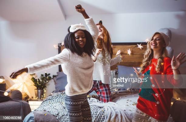 pyjama party dansen - feest en gedenkdagen stockfoto's en -beelden