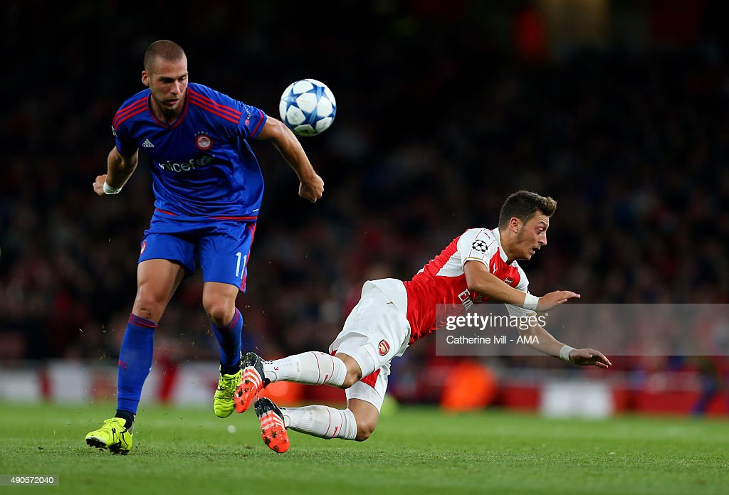 Arsenal FC v Olympiacos FC - UEFA Champions League : News Photo
