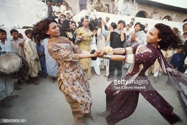 pakistan, baba masta wali sarkar festival, two hijras dancing - eunuque photos et images de collection
