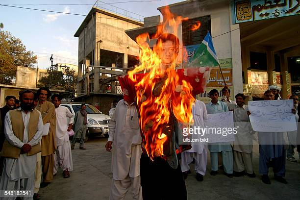 Pakistan Balochistan Quetta - enemies of the Pakistan Central Gouvernment are burning a marionette of president General Pervez Musharraf