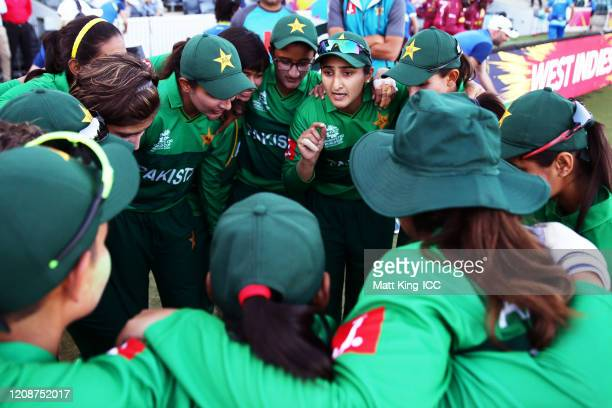 Pakistan captain Bismah Maroof speaks to team mates prior to taking to the field during the ICC Women's T20 Cricket World Cup match between the West...