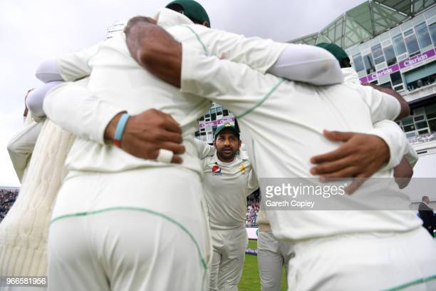 Pakistan captain Sarfraz Ahmed speaks to his team in the huddle ahead of day three of the 2nd NatWest Test match between England and Pakistan at...