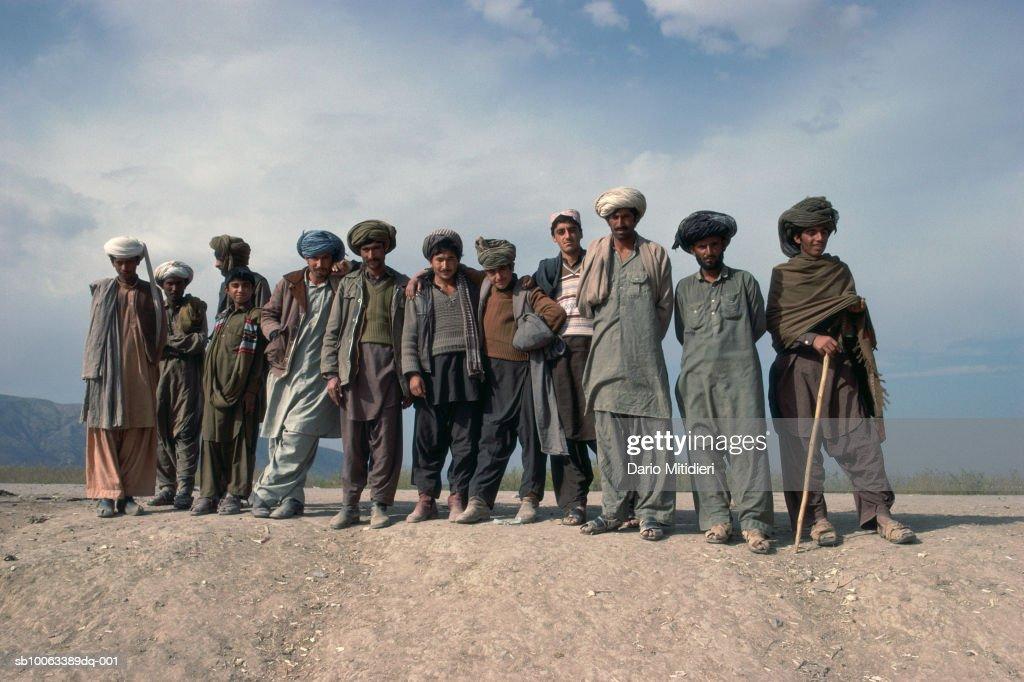 Pakistan, Darra, group portrait of men and teenage boys (13-14) on mountain raod : Nachrichtenfoto