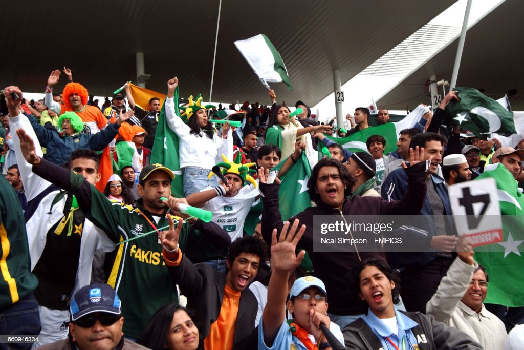 Cricket - ICC Champions Trophy 2004 - India v Pakistan : News Photo
