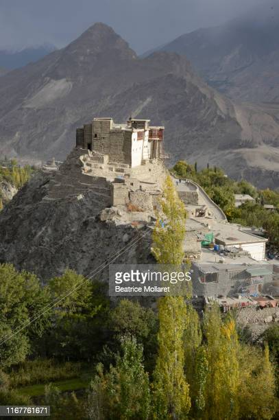 pakistan, gilgit baltistan, karimabad city, hunza valley, view of karimabad city and baltit fort of 13th century tibetan architecture overlooking the city - beatrice valli foto e immagini stock