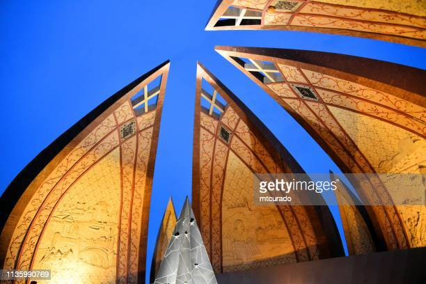 pakistan monument, symbol of the city - islamabad, pakistan - sind stock pictures, royalty-free photos & images
