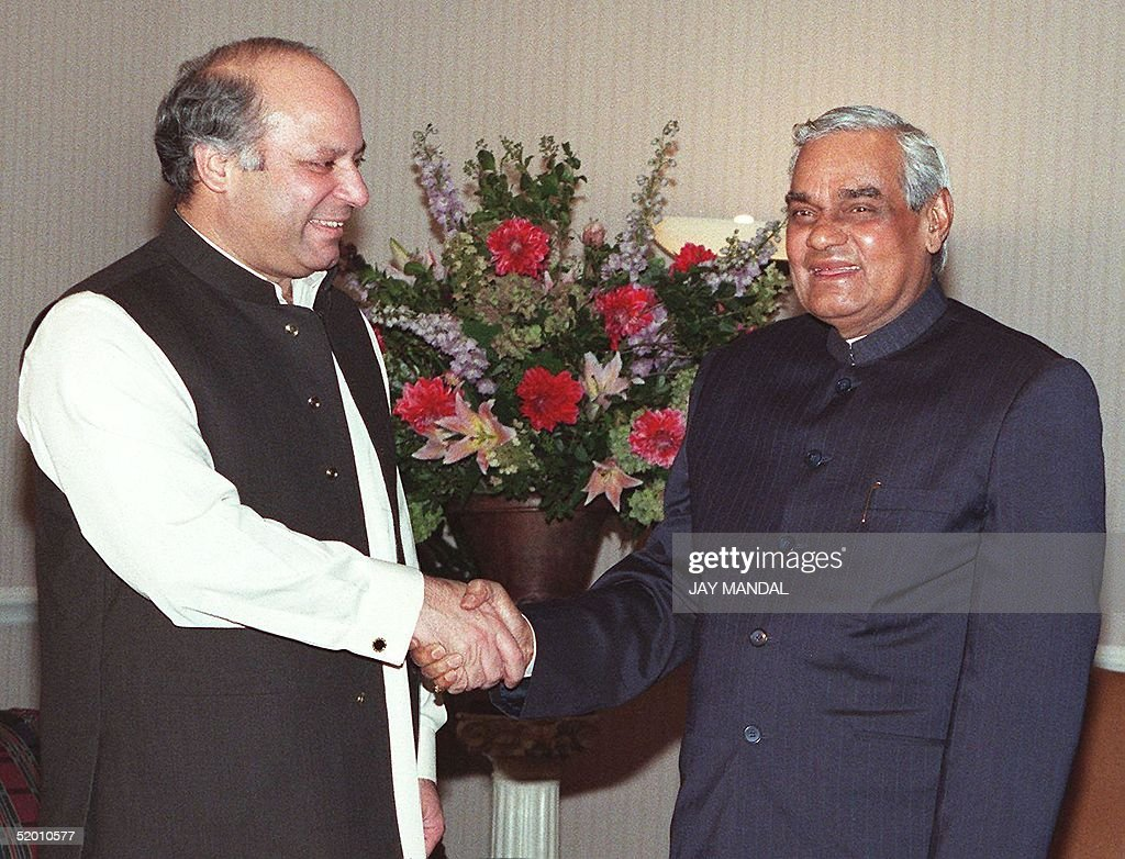 Pakistan Prime Minister Mohammad Nawaz Sharif (L) : News Photo