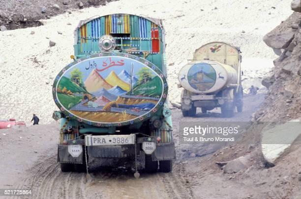 pakistan, road between chitral and peshawar, petrol truck - pakistan stock-fotos und bilder