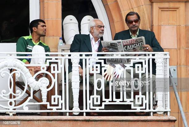 Pakistan selector Shafqat Rana talks to Pakistan team manager Yawar Saeed as he reads a newspaper with wicketkeeper Kamran Akmal during day four of...