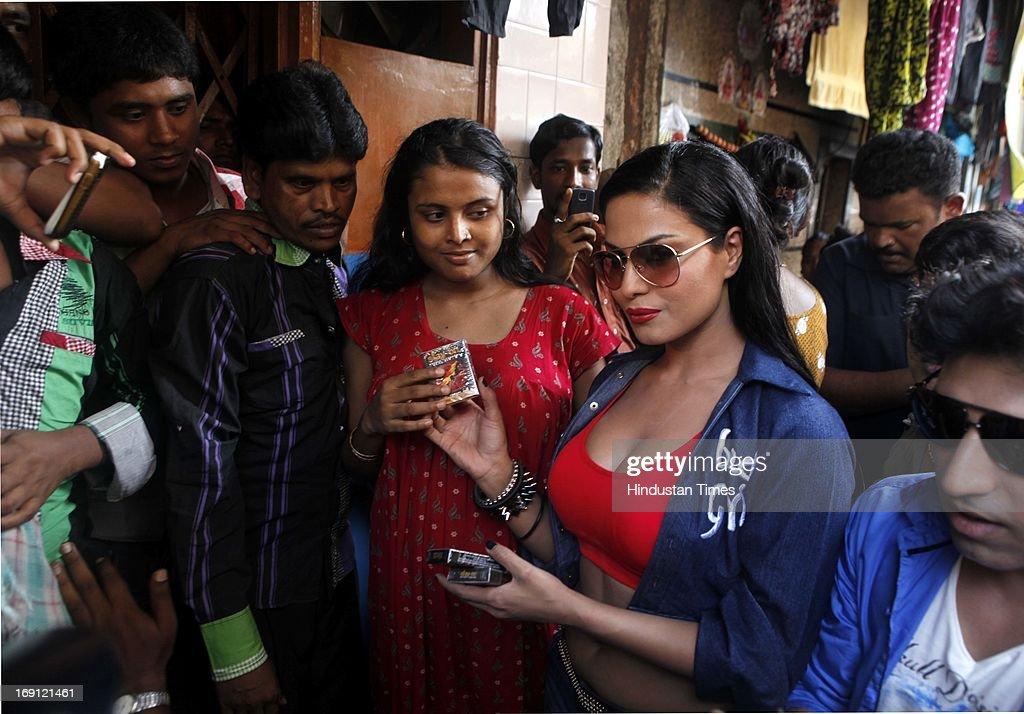 Pakistani Actress Veena Malik Visits Kamatipura To Promote -6706