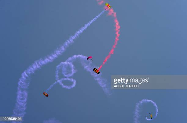 Pakistani Army paratroopers take part in a drill ahead of Pakistan's Defence Day in Peshawar on September 5 2018 Pakistan celebrate Defence Day on...