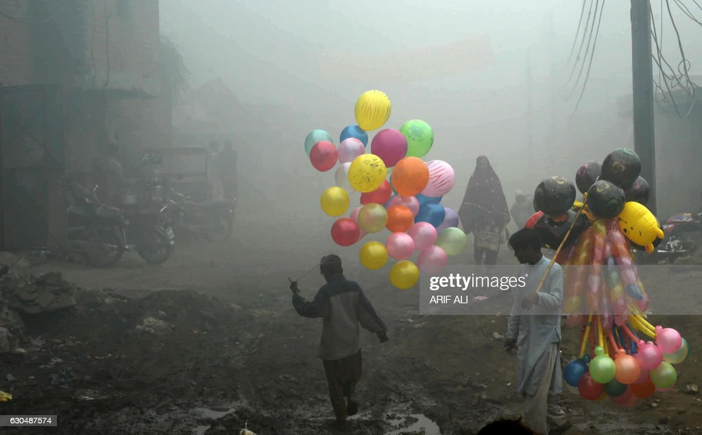 TOPSHOT-PAKISTAN-WEATHER-FOG : News Photo