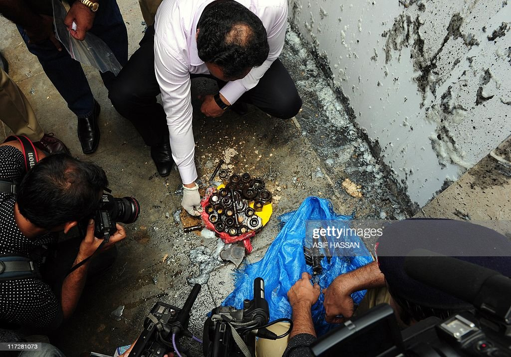 Pakistani bomb disposal squad officials : News Photo