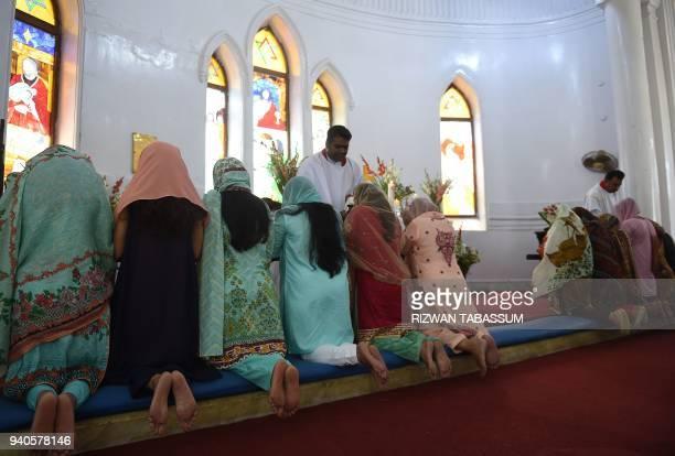 Pakistani Christian attend Easter mass at the Christ Church in Karachi on April 1 2018 / AFP PHOTO / RIZWAN TABASSUM