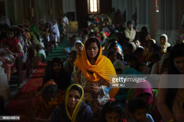 Pakistani Christians attend the Easter Sunday service at the Sacred Heart Cathedral Church in Lahore on April 16 2017 / AFP PHOTO / ARIF ALI