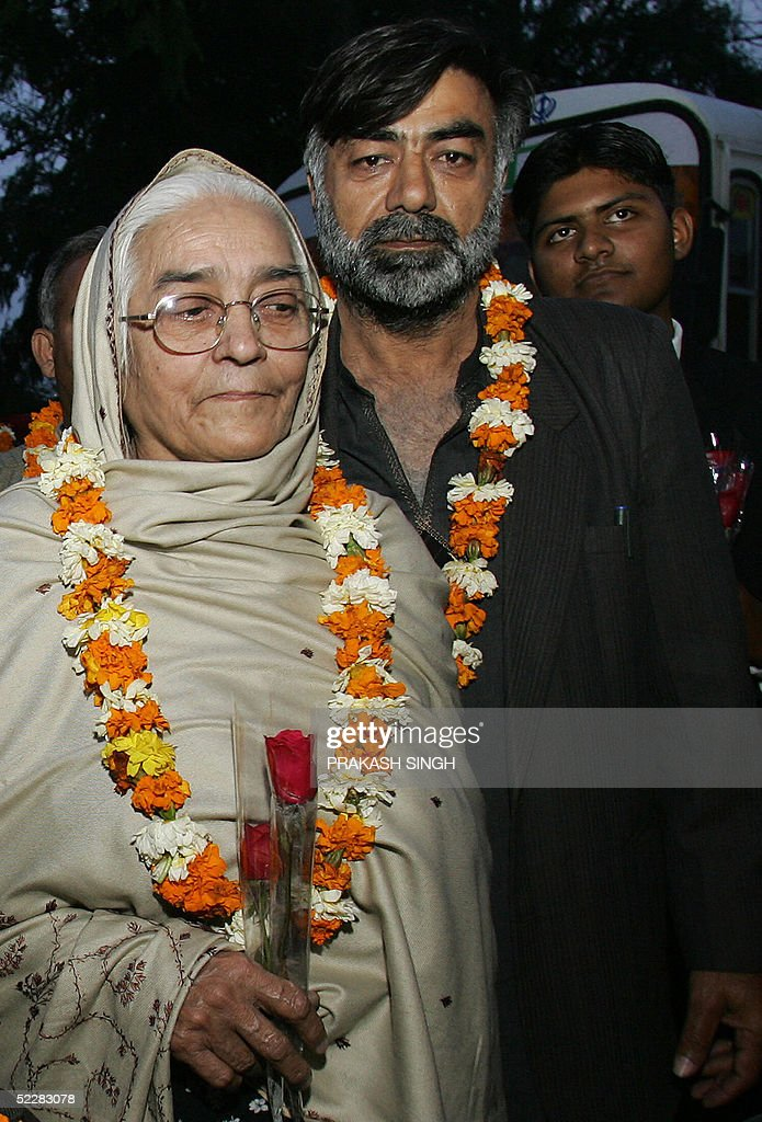 Pakistani cricket fan Mohammed Tofeeq poses with his mother Farjana Bibi after their bus arrived in Chandigarh 06 March 2005 Bibi migrated to Lahore..