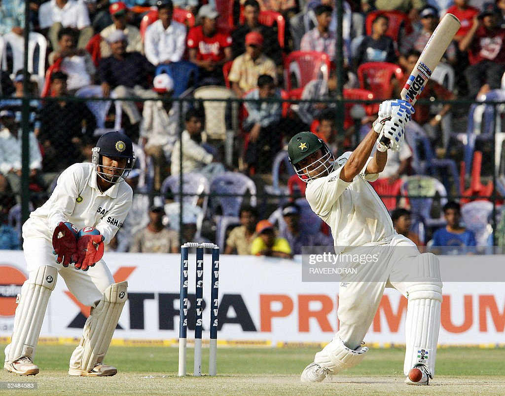 Pakistani cricketer Younis Khan (R) is w : News Photo