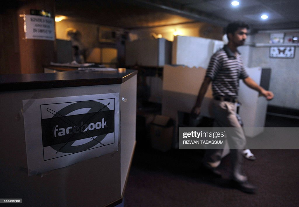 A Pakistani customer arrives at an inter : News Photo