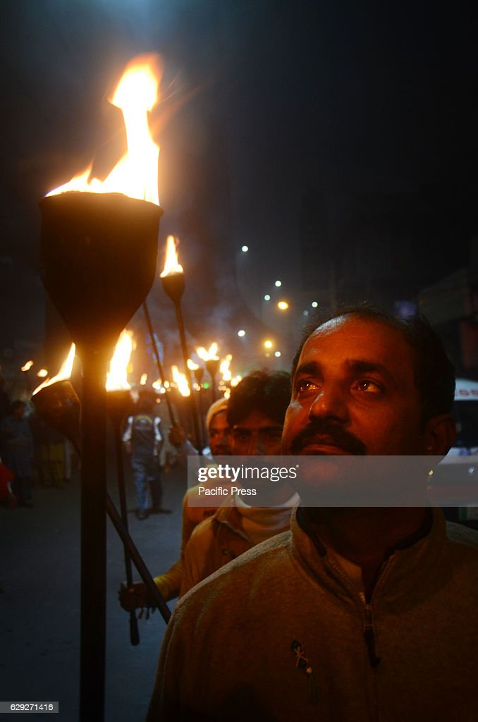Pakistani devotee Muslims attend the celebration on Mawlid... : Nachrichtenfoto