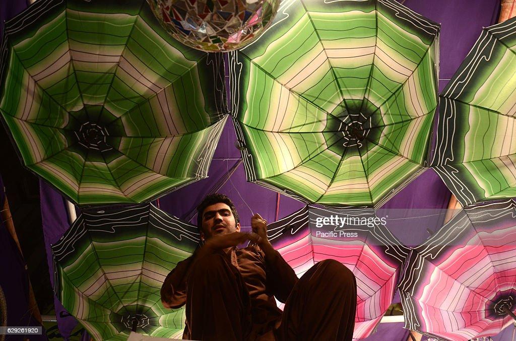Pakistani devotee people decorating a market with colorful... : Nachrichtenfoto