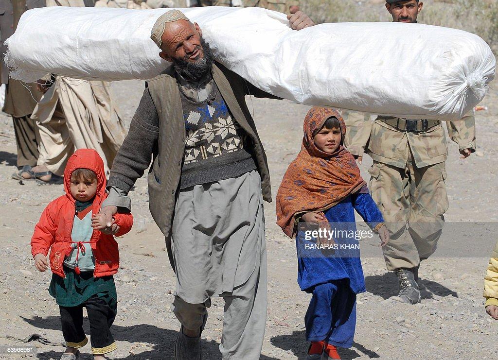 A Pakistani earthquake survivor walks wi : News Photo