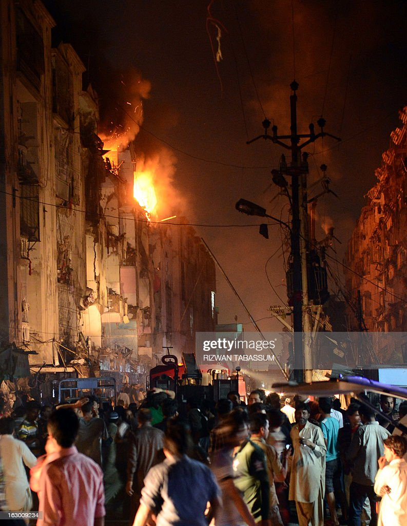 Pakistani gather at the site of bomb blast in Karachi on March 3, 2013. A bomb attack in Pakistan's largest city Karachi on Sunday killed at least 23 people, including women and children, and wounded 50 others, police said. AFP PHOTO/Rizwan TABASSUM