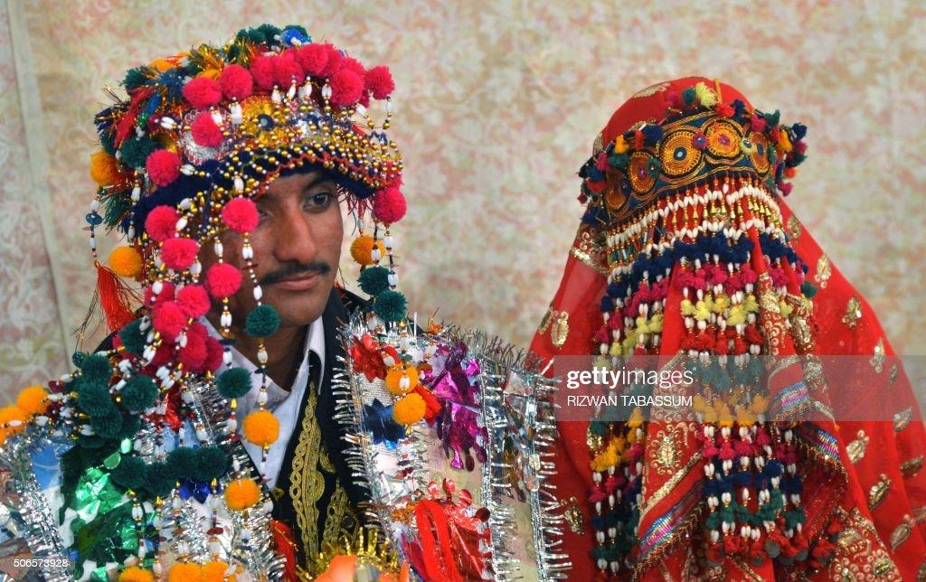TOPSHOT - Pakistani Hindu bride (R) and groom attend a mass wedding ceremony in Karachi on January 24, 2016. Some 60 Hindu couples took part in a mass wedding ceremony organised by the Pakistan Hindu Council. / AFP / RIZWAN