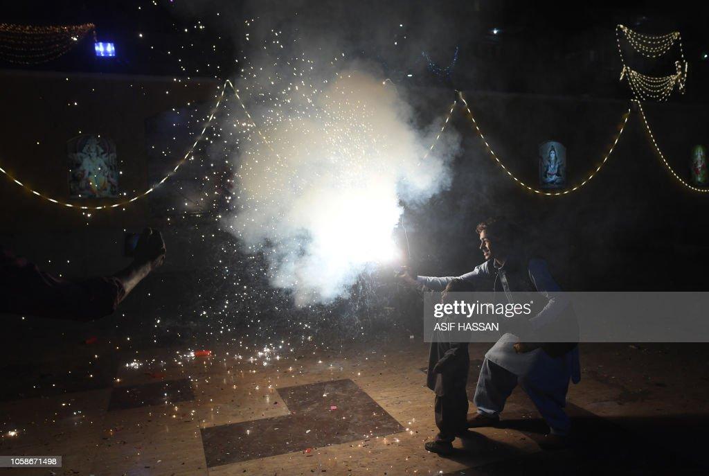 TOPSHOT-PAKISTAN-RELIGION-HINDUISM-FESTIVAL-DIWALI : News Photo