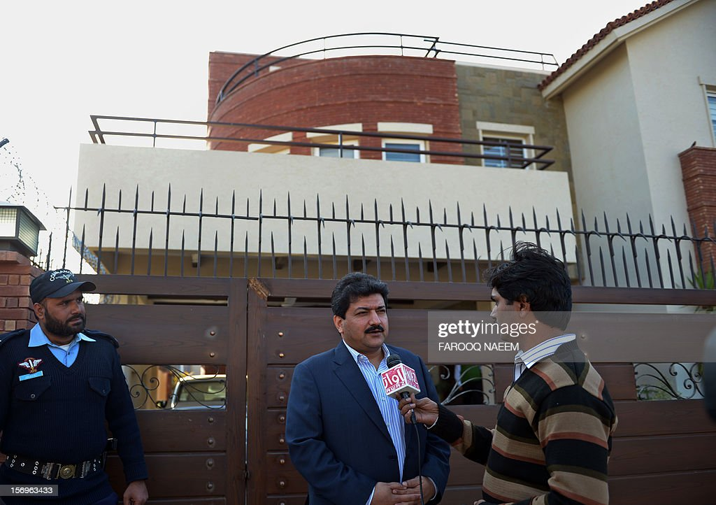 Pakistani journalist and television anchor, Hamid Mir talks with media representatives outside his home in Islamabad on November 26, 2012. A high-profile Pakistani journalist and television anchor escaped an assassination bid on Monday when police defused a bomb planted under his car in Islamabad, police and his channel said. AFP PHOTO/Farooq NAEEM