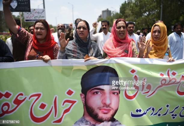 Pakistani Kashmiri women march to mark the death anniversary of popular rebel leader Burhan Wani in Islamabad on July 8 2017 / AFP PHOTO / FAROOQ...