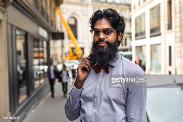 Pakistanischen Mann zu Fuß zur Arbeit in der Stadt