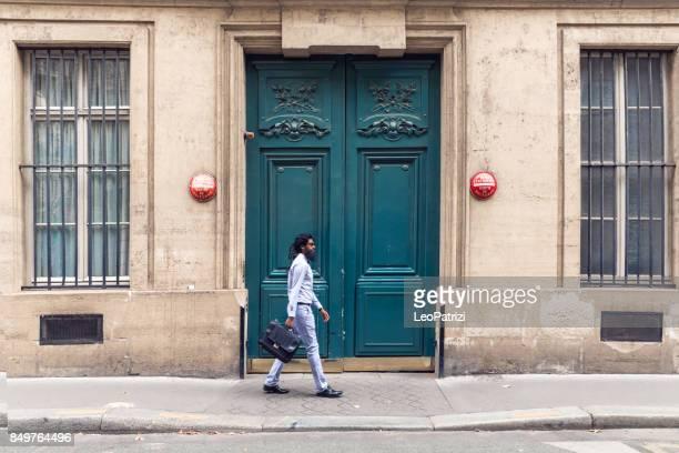 Homme pakistanais au travail dans la ville à pied