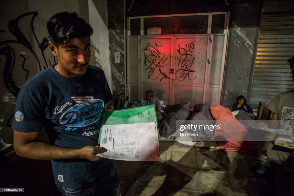 Migrants from Pakistan living outdoors : Nachrichtenfoto