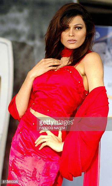 Pakistani model presents a dress created by Pakistani designer Amna Malik during a fashion show in Islamabad late 02 October 2004 AFP PHOTO/Farooq...